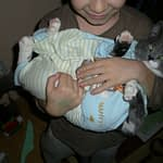 Pisica pe post de bebe